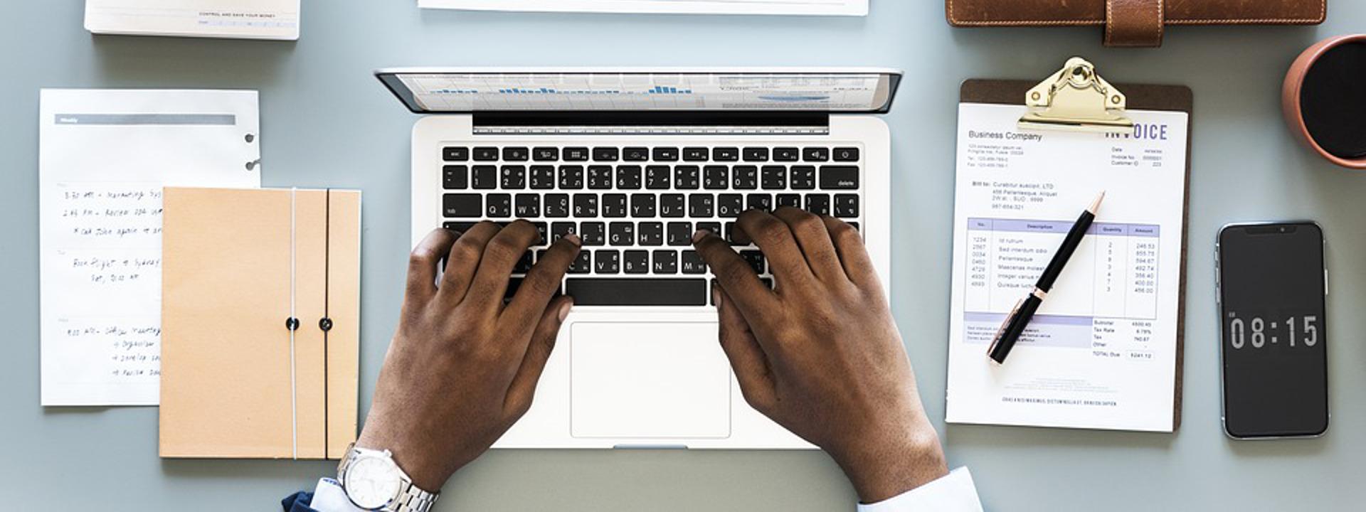 Mani di un lavoratore alla testiera di un computer