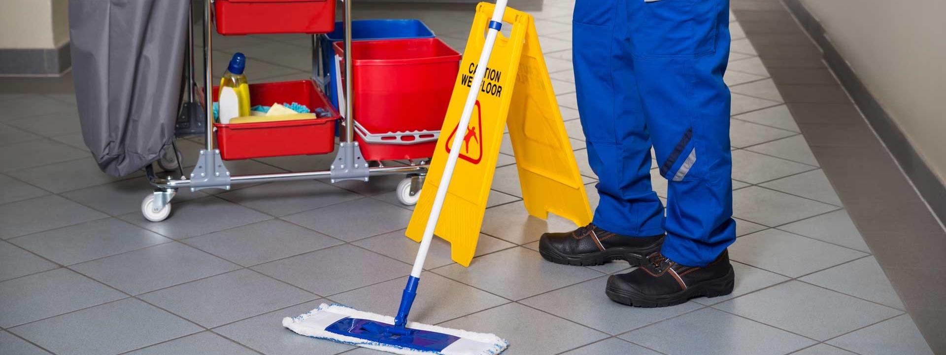 La foto mostra un addetto alle pulizie al lavoro