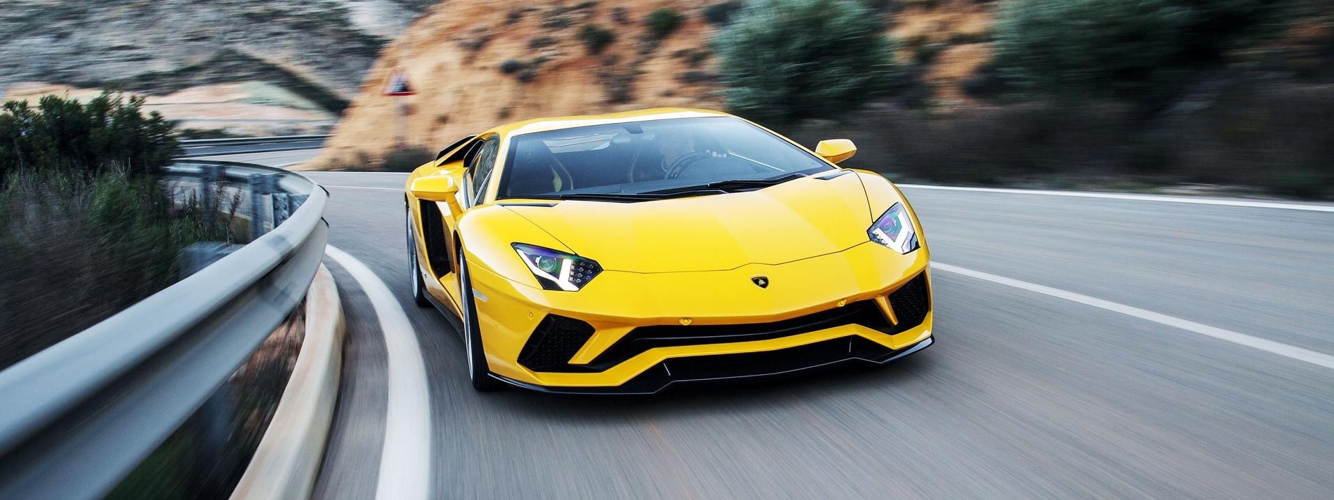 immagine di una Lamborghini su strada